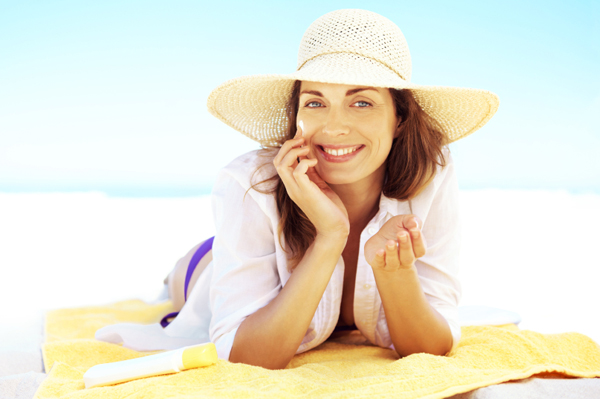 woman-applying-sunscreen-at-the-beach_g4uu7l